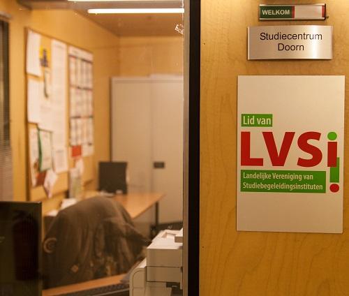 Bordje met logo LVSI op de muur van het Stuud