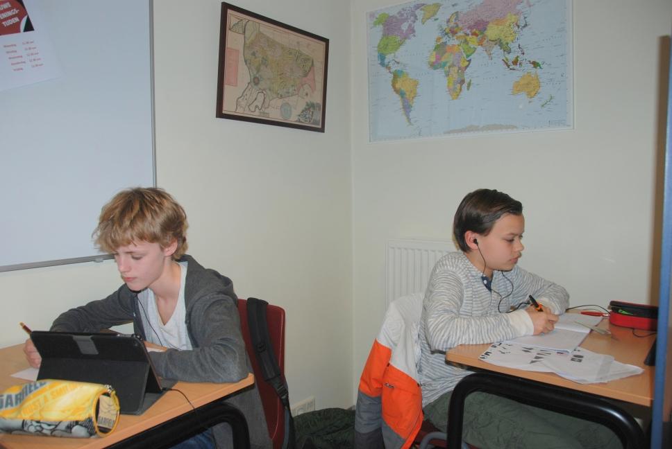 Twee leerlingen doen huiswerk op Studiecentrum Doorn