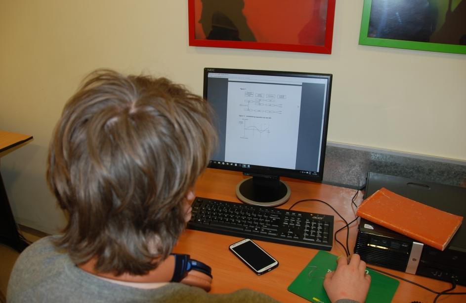 Leerling doet huiswerk op de computer