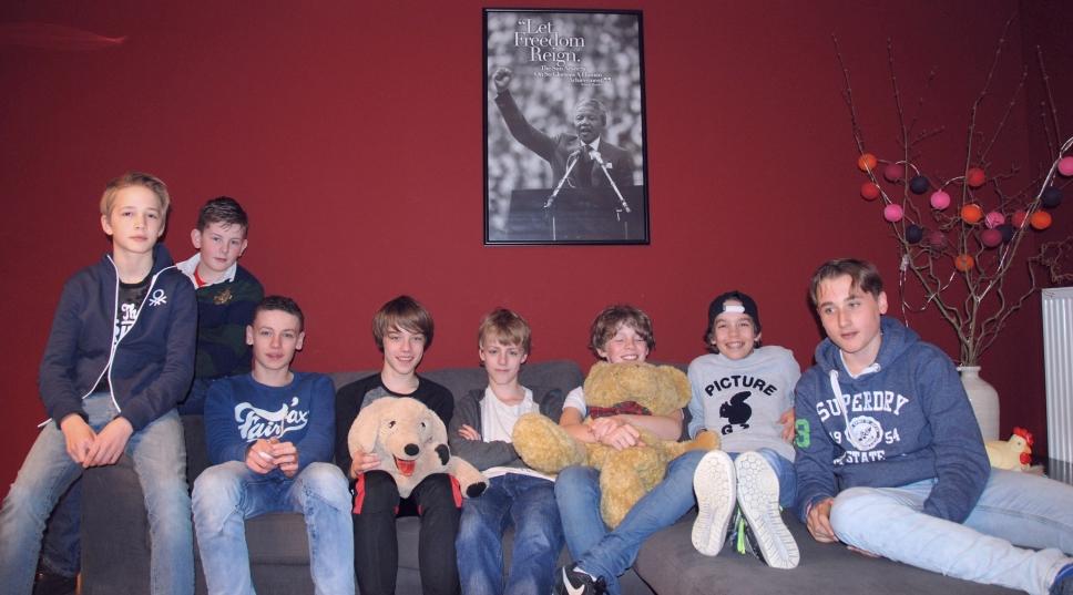 Leerlingen op de bank in de Chillruimte van Studiecentrum Doorn