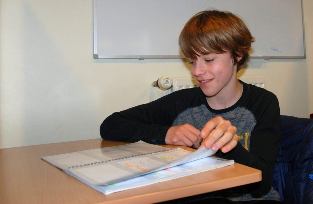 Leerling bladert in de Studieplanner van Studiecentrum Doorn
