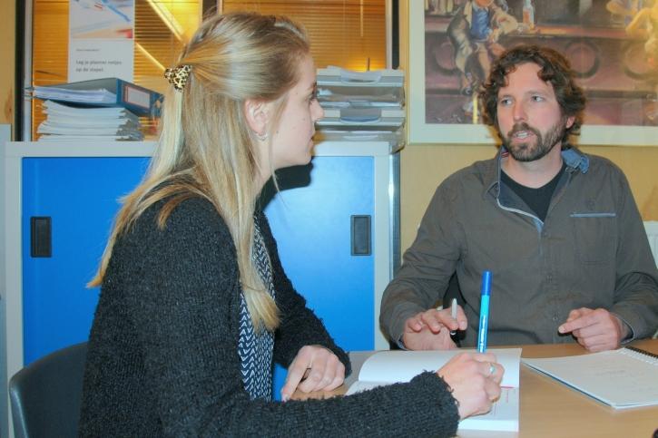 Studiebegeleider in gesprek met leerling